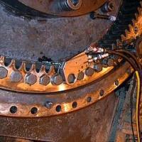 Die flache Bauform des Antriebszylinders des TX ermöglicht eine vollflächige Auflage am Ring. Hier gibt es kein Verkanten und der Abstützpunkt an der nächtsen Schraube ist wie gemacht für den TX-2.