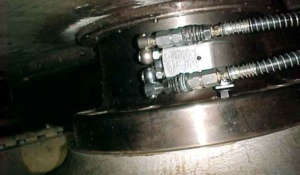 Durch Verwendung eines SW 27 Inbus-Direkteinsatzes, der nur eine Bauhöhe von 27 mm außerhalb des TU-3 Gehäuses besitzt, kann zwischen den beiden Kupplungsteilen an diesem Großantrieb erst gearbeitet werden. Ein wichtiges Standard-Zubehörteil von TorcUP, ab Lager verfügbar.