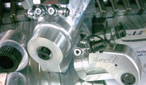 Und es ist sogar möglich, mit den ARW-Abstützungen aus Aluminium rechts, die runde Gehäuseunterseite der TU-Vierkanschrauber in eine Fläche, als Anlagepunkt, zu verwandeln.